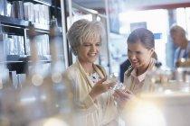 Frauen für Parfüm einkaufen — Stockfoto