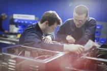 Працівники оглядають техніки в сталевих заводу — стокове фото