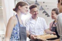 Professora de chef sorridente e alunos na cozinha da aula de culinária — Fotografia de Stock