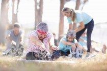 Adulti anziani che praticano yoga nel parco soleggiato — Foto stock