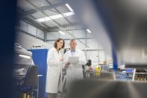 Інженери обговорення документів в сталевих заводу — стокове фото