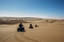 Freunde auf Quadrädern in sonniger Wüste, Swakopmund, Namibia — Stockfoto