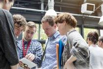 Деловые люди используют цифровые планшеты на конференции — стоковое фото