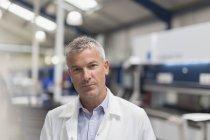Engenheiro confiante de retrato na fábrica de aço — Fotografia de Stock
