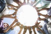 Team formando cerchio collegato cerchio circostante cerchio di plastica — Foto stock