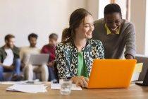 Kreative Unternehmerinnen arbeiten am Laptop im Büro — Stockfoto