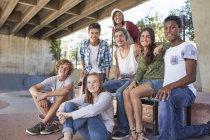 Amigos de adolescentes confiantes retrato, saindo no skate park — Fotografia de Stock