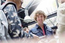 Улыбающийся человек с цифровым планшетом на технологической конференции — стоковое фото