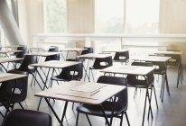 Tests auf dem Schreibtisch im leeren Klassenzimmer Interieur — Stockfoto