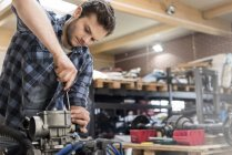 Mechanic fixing car engine in auto repair shop — Stock Photo