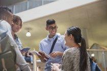 Молодые студенты, говорить вместе — стоковое фото