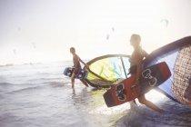 Пара, ходить в серфинга с кайтбординга оборудования — стоковое фото