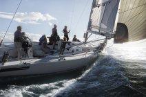 Vista panorámica de amigos navegando en mar soleado - foto de stock