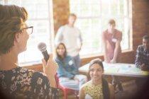 Аудиторію слухати доповідачем на общинний центр — стокове фото