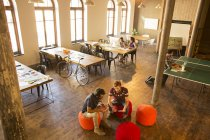 Kreative Geschäftsleute treffen im modernen Büro — Stockfoto
