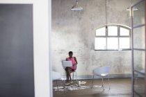 Donna di affari creativo che lavora al computer portatile in ufficio moderno — Foto stock