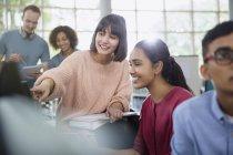 Étudiants parlant en classe ensemble — Photo de stock