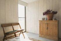 Стулья и кабинет в солнечной комнате — стоковое фото