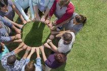 Gruppo collegato in cerchio intorno al cerchio di plastica — Foto stock