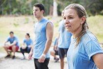 Donna che guarda lontano al campo di addestramento — Foto stock