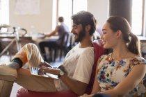 Pessoas de negócios casuais usando laptop no escritório — Fotografia de Stock