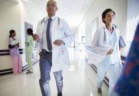 Ärzte liefen krankenhausflur — Stockfoto