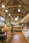 Рынок с потолок сводчатый деревянный брус — стоковое фото