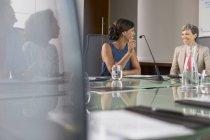 Tre donne d'affari sedute a parlare al tavolo delle conferenze — Foto stock