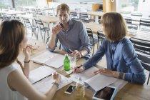 Деловых людей, говорящих в совещании в кафетерии — стоковое фото
