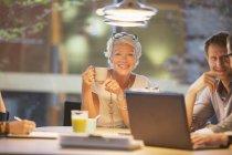 Femme d'affaires souriant en réunion de bureau — Photo de stock