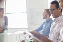 Menschen, die auf Tablets und Laptops im modernen Büro — Stockfoto
