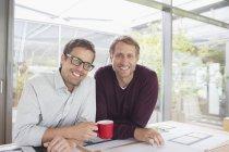Hommes d'affaires souriant au bureau — Photo de stock