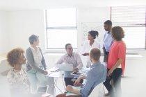 Gruppe von Geschäftsleuten mit Treffen in modernen Büro — Stockfoto