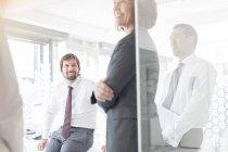 Les gens qui se rencontrent dans un bureau moderne — Photo de stock