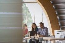 Деловые люди разговаривают в столовой — стоковое фото