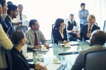 Grande gruppo di uomini d'affari che si riuniscono in sala conferenze — Foto stock