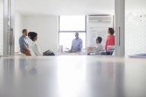 Gruppe von Geschäftsleuten in weißen modernen Büro arbeiten — Stockfoto