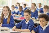 Grundschüler lächeln im Klassenzimmer — Stockfoto