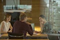 Деловые люди разговаривают на совещании — стоковое фото