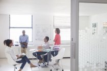 Uomini d'affari che lavorano in uffici moderni — Foto stock