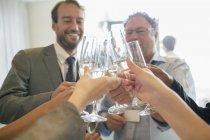 Gens d'affaires de grillage avec du champagne au cours de la réunion — Photo de stock