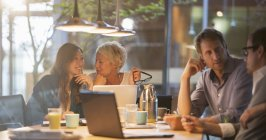 Деловые женщины разговаривают на совещании — стоковое фото
