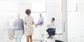 Menschen, die Treffen im modernen Büro — Stockfoto