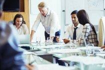 Geschäftsleute treffen sich im Konferenzraum, benutzen Laptop und diskutieren — Stockfoto