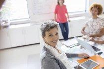 Portrait de femme d'affaires mature souriante au bureau — Photo de stock
