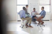 Geschäftsleute, die im Modem, weißen Büro arbeiten — Stockfoto