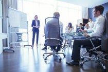 Группа деловых людей слушает презентацию в офисе — стоковое фото