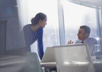 Geschäftsfrau und Geschäftsfrau mit Laptop im Büro — Stockfoto