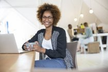 Büroangestellte mit Laptop beim Kaffee — Stockfoto