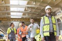 Сталевары разговаривают и ходят на кофе-брейке на заводе — стоковое фото